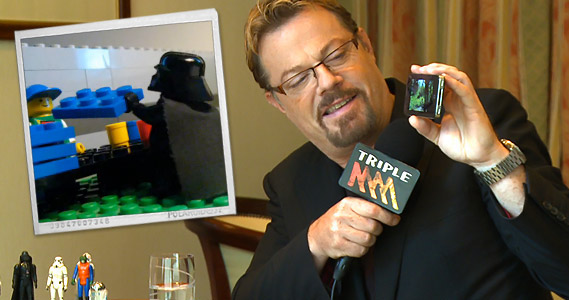 Eddie Izzard interview by Paul Hogan from The Peanut Gallery and shows off his Youtube popular animated sketch